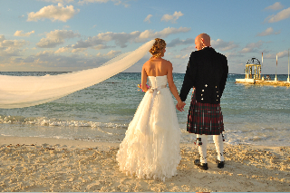 What is more romantic then being married in a Kilt on the beach. Logan and Liege Kensing. They just needed a horse.