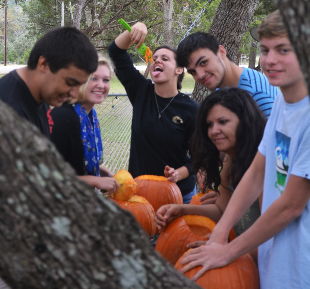 Fall, Family & Fun carving pumpkins (3/6)